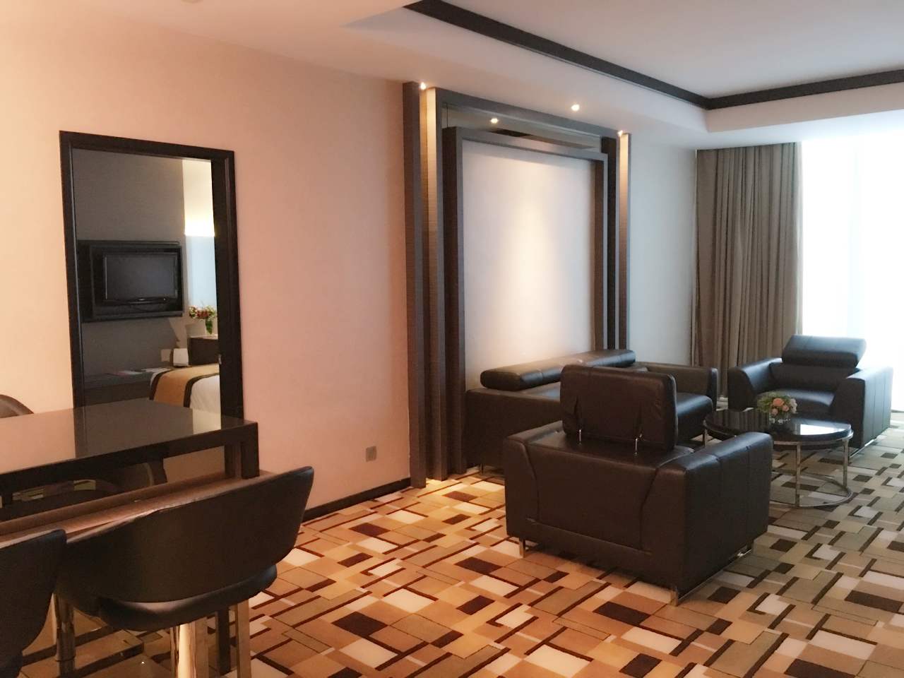 grand_paragon_hotel_family_suite_living_hall-jpg