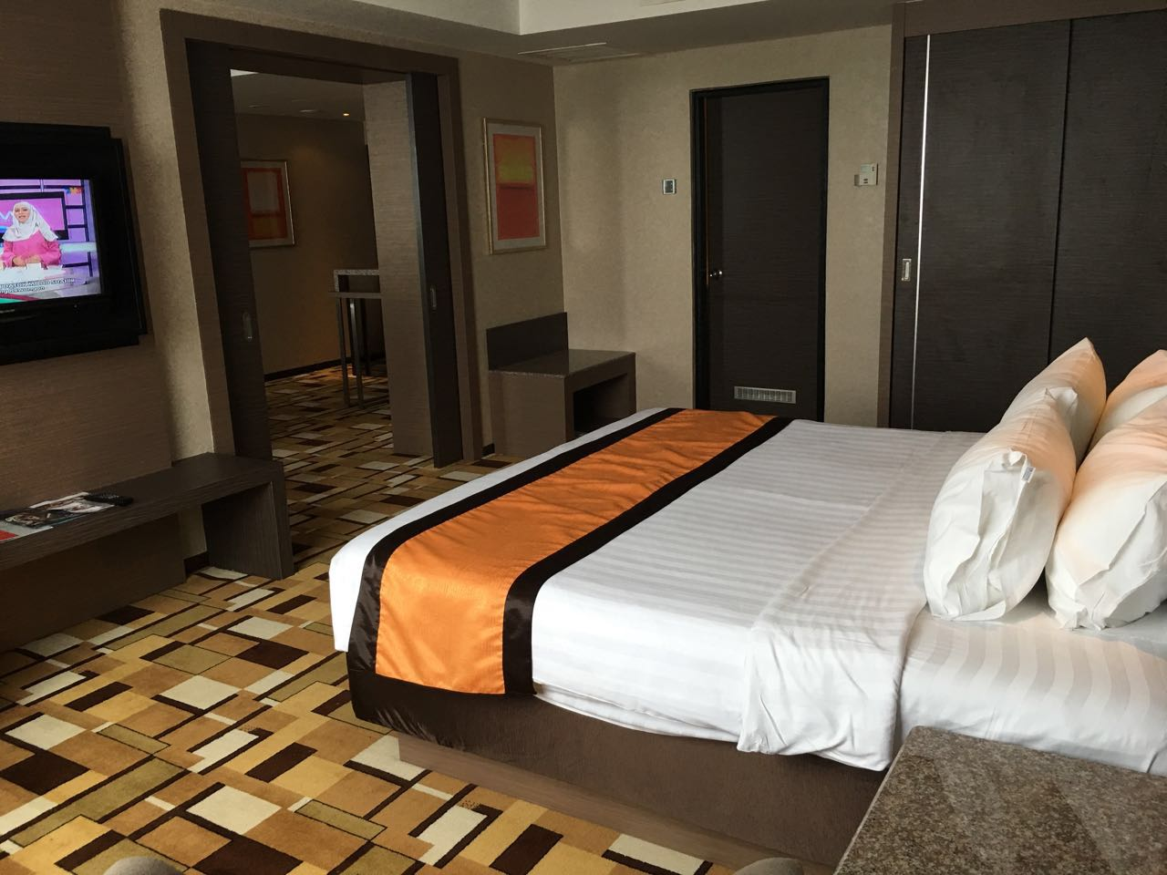 grand_paragon_hotel_junior_-suite-jpg