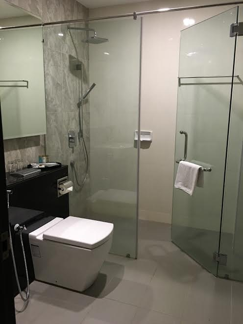 grand_paragon_hote_executive_deluxe_room_washroom-jpg
